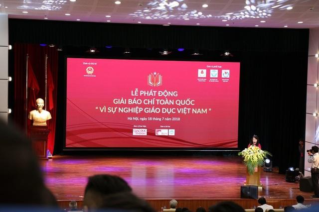 Bà Nguyễn Thị Nghĩa, Thứ trưởng Bộ GD&ĐT - Trưởng ban chỉ đạo giải báo chí toàn quốc Vì sự nghiệp Giáo dục Việt Nam phát biểu khai mạc.