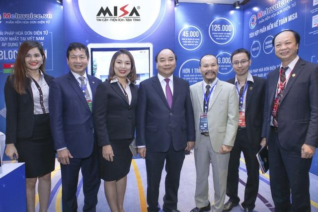 Thủ tướng Nguyễn Xuân Phúc chúc mừng MISA khi tiên phong áp dụng thành công công nghệ Blockchain giúp tăng hiệu quả sử dụng của hóa đơn điện tử MeInvoice.vn