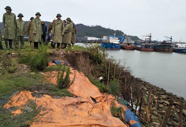Ông Lê Anh Tuấn - Phó Chủ tịch UBND tỉnh Thanh Hóa chỉ đạo công tác phòng chống bão tại huyện Tĩnh Gia.