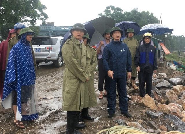 Ông Nguyễn Đình Xứng, Chủ tịch UBND tỉnh Thanh Hóa kiểm tra công tác phòng chống bão tại huyện Quảng Xương.