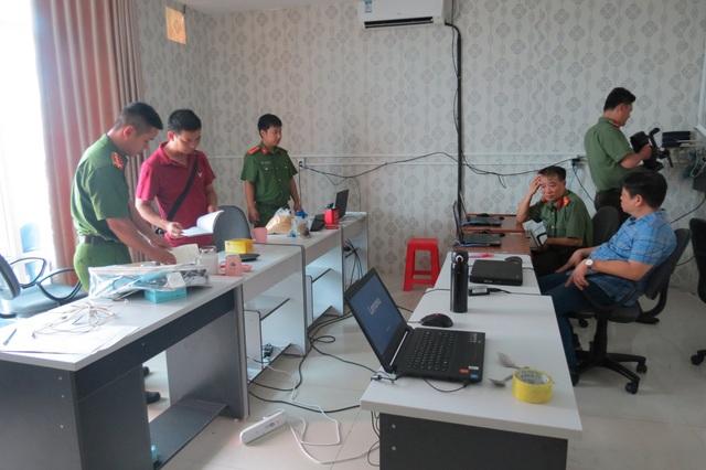 Lực lượng chức năng thu giữ nhiều laptop, máy vi tính, thẻ ngân hàng và nhiều thiết bị công nghệ cao khác