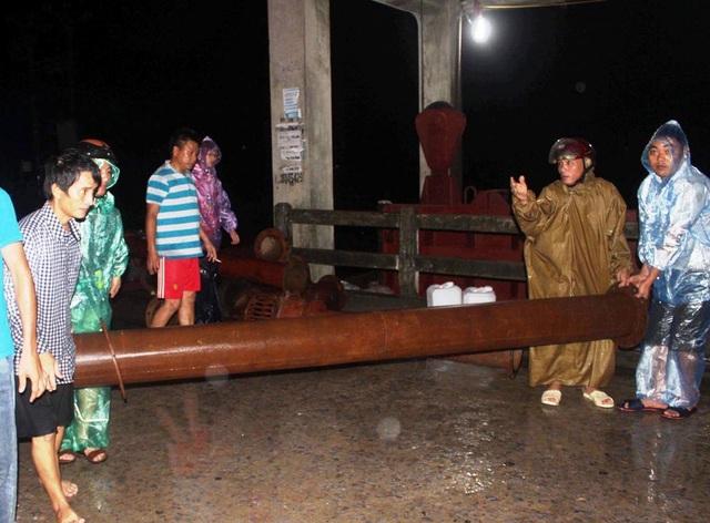 Công nhân khẩn trương lắp 3 máy bơm nước công suất lớn để hút nước ở khu vực chợ Vinh khi lũ lên cao.