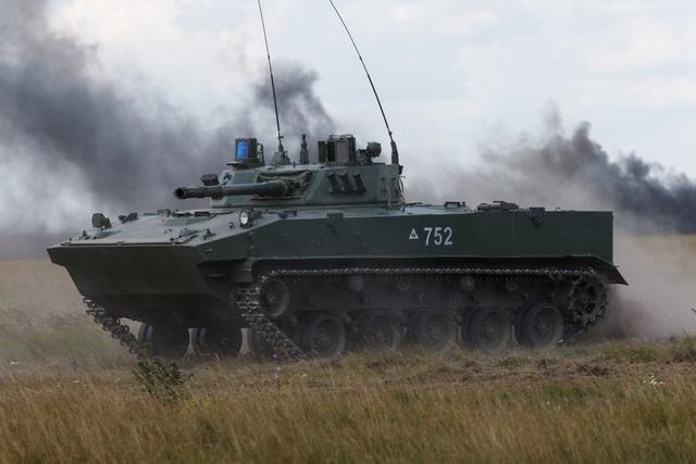 Xe thiết giáp chở quân nhân bên trong tiếp đất an toàn. (Ảnh: Quân đội Nga)