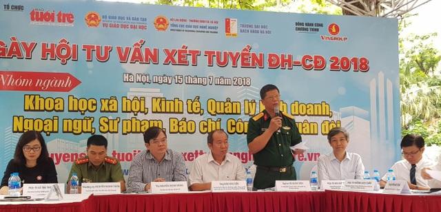 Đại tá Vũ Xuân Tiến, Trưởng ban thư kí Tuyển sinh Quân sự, Bộ Quốc Phòng trả lời thắc mắc của thí sinh