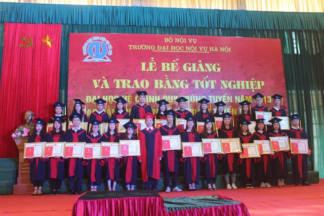 PGS.TS. Nguyễn Bá Chiến - Hiệu trưởng Nhà trường chụp ảnh cùng các em sinh viên trong lễ bế giảng và trao bằng tốt nghiệp.