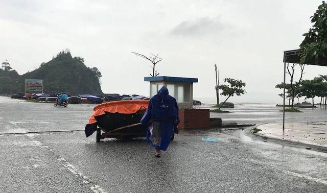 Một ngư dân kéo thuyền vào bờ.