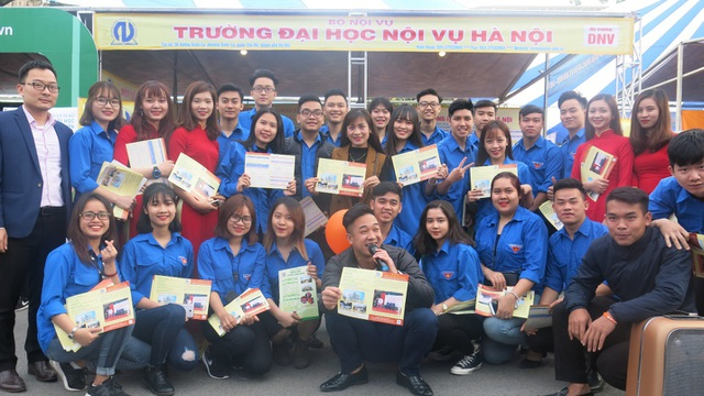 Trường Đại học Nội vụ Hà Nội tham gia Ngày hội tư vấn tuyển sính - hướng nghiệp năm 2018.