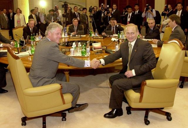 Ông Putin và ông Clinton bắt tay trước khi bắt đầu cuộc họp của lãnh đạo các nước thành viên thuộc Nhóm 8 nước công nghiệp phát triển (G8) ở Nago, Nhật Bản hồi tháng 7/2000. (Ảnh: Getty)