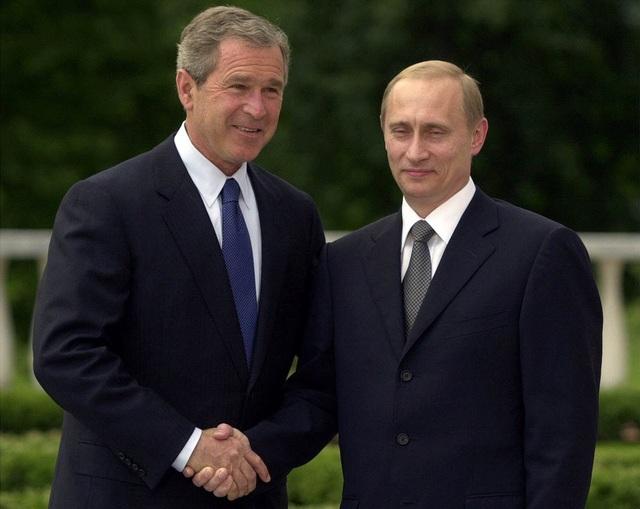 Cựu Tổng thống Bush bắt tay người đồng cấp Nga tại Slovenia vào tháng 6/2001 trong hội nghị thượng đỉnh đầu tiên. (Ảnh: AP)