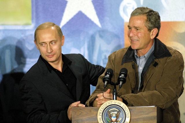 Hai tổng thống Bush và Putin phát biểu trong chuyến thăm tới trường trung học Crawford vào tháng 11/2001. (Ảnh: Getty)