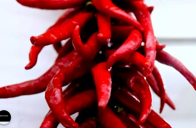 Capsaicin, thành phần khiến ớt có vị cay và nóng, có thể giúp giảm đau và được cho là có đặc tính chống ung thư.