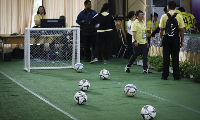 Một sân bóng mini được dựng lên tại địa điểm tổ chức họp báo. (Ảnh: Vincent Thian)