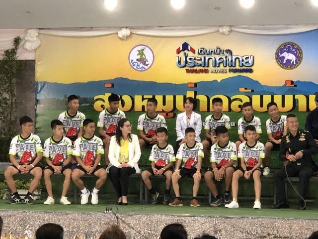 Toàn bộ 12 thành viên của đội bóng và huấn luyện viên đều tham dự họp báo