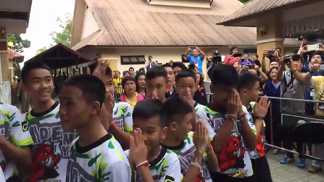 Các cầu thủ giơ tay cảm ơn khi xuất hiện trong vòng vây của giới truyền thông chiều ngày 18/7