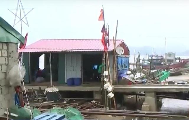 Nhiều hộ dân vẫn đang ở trong các chòi canh và nhà thu mua hải sản phía ngoài đê
