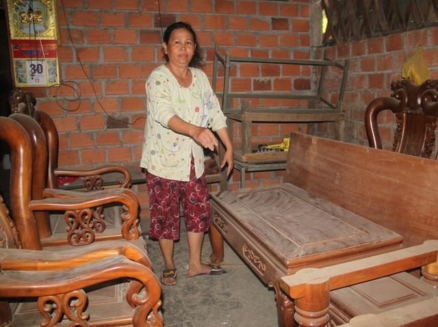 Bà Thu, bức xúc vì bụi khiến gia đình phải đóng quán bán bún, cơm gây thiệt hại kinh tế cho gia đình.
