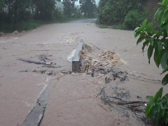 Nước lũ tràn qua các đập tràn thuộc huyện Ba Chẽ