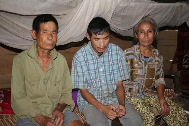 Giờ đây cả gia đình sống nhờ vào khoản tiền trợ cấp 400 nghìn đồng/tháng của Thức