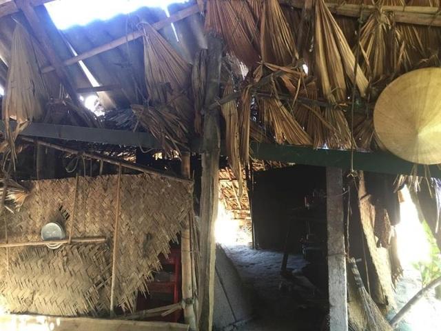 Căn nhà bếp được dựng tạm bằng những tấm phên cũ kỹ và lá cọ rách nát