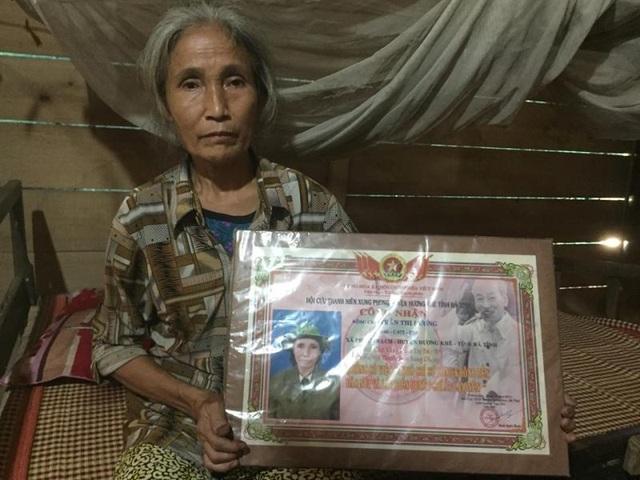 """Niềm động viên tinh thần của bà Hương là tấm bảng """"Hai mươi chữ vàng danh dự của Bác Hồ tặng Thanh niên xung phong"""" năm xưa"""