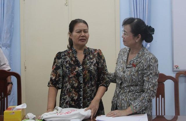 Bà Hồ Thị Mai chia sẻ cùng Chủ tịch HĐND TPHCM sau buổi tiếp công dân. Bà hy vọng được giải quyết việc vào chợ Thảo Điền buôn bán.