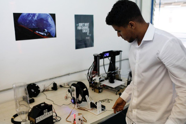 Kỹ sư Albermar Dominguez làm việc tại văn phòng của Nedraki tại Đại học Simon Bolivar. (Nguồn: REUTERS / Marco Bello)