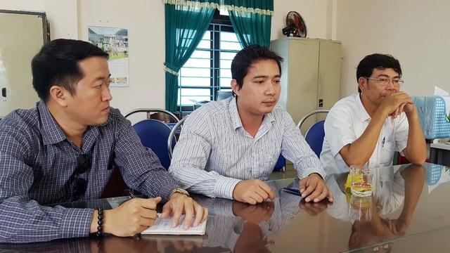 ông Đoàn Văn Sỹ, Phó Giám đốc Trung tâm Phát triển Quỹ đất huyện Phú Vang (giữa) làm việc với PV