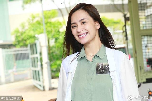 Ngày hôm qua 18/7, Chung Hân Đồng xuất hiện tại trường quay bộ phim Missing tại Hồng Kong. Ngôi sao 36 tuổi mới kết hôn hồi tháng 5 vừa rồi trông thật tươi tắn và giàu sức sống.