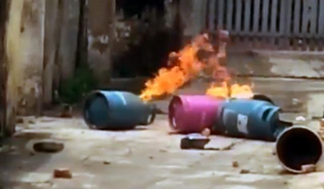 Ba bình gas phì lửa khiến người dân hoảng sợ. (Ảnh căt từ clip)