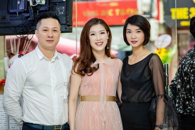 Siêu mẫu Hạ Vy (ngoài cùng bên phải) cũng xuất hiện ở bữa tiệc với hình ảnh người phụ nữ viên mãn. Hiện cô sống hạnh phúc bên chồng và 3 con. Là một người phụ nữ đa năng, ngoài việc sở hữu công ty đào tạo người mẫu lớn tại Hà Nội, từ nhiều năm nay siêu mẫu Hạ Vy còn lấn sân kinh doanh ở nhiều lĩnh vực.