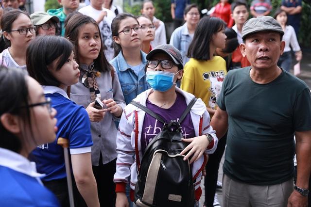 Tại điểm thi ngay cơ sở chính của trường, nhiều thí sinh chờ để vào phòng thi