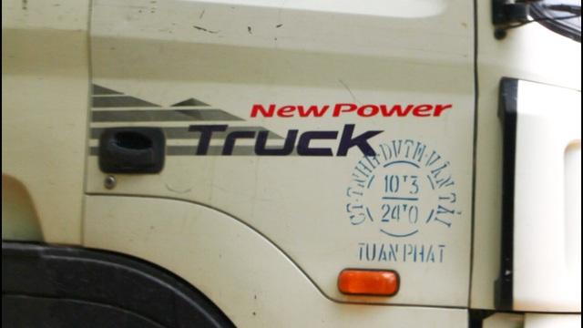 Tải trọng xe của Công ty TNHH DVTM Vận tải Tuấn Phát ghi chở tối đa 24 tấn, nhưng thùng xe đầy ắp vượt quá tải trọng