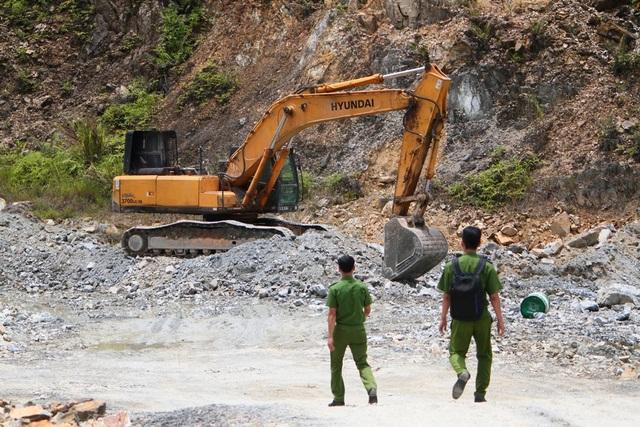 Đội Cảnh sát Điều tra Tội phạm Kinh tế - Môi trường, Công an huyện Phong Điền vào kiểm tra mỏ
