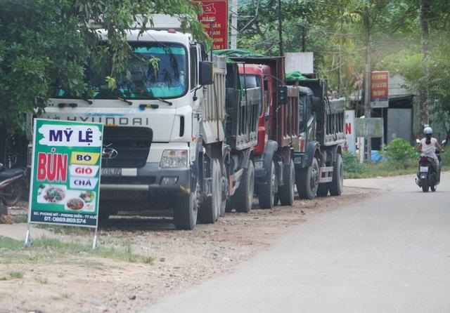 Đoàn xe vận chuyển khoáng sản lậu sau khi bị động và có đoàn chức năng lên kiểm tra, đã đổ lại ven đường án binh bất động