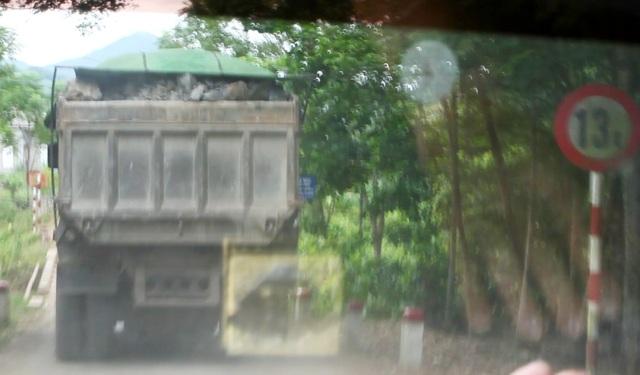 Xe chạy qua cầu yếu chỉ cho phép tải trọng 13 tấn