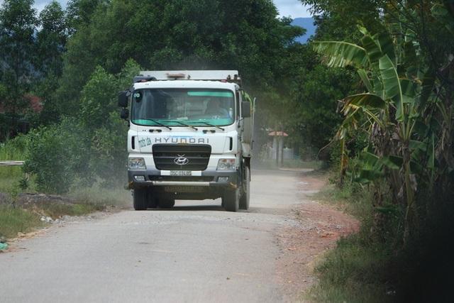 Những chiếc xe tải cỡ lớn chở khoáng sản từ mỏ