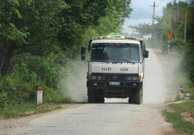 Trên tuyến đường qua xã Phong Mỹ, huyện Phong Điền ồ ạt nhiều chuyến xe chở khoáng sản từ mỏ chưa đầy đủ thủ tục sáng 11/7