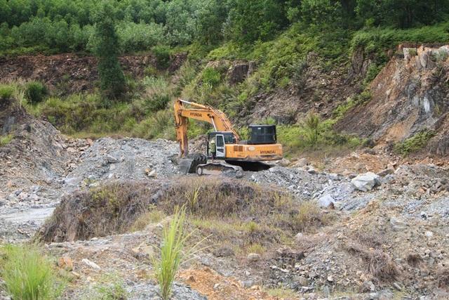 Chiếc xe múc ở mỏ Công ty TNHH Trường An đang chuẩn bị cho lần múc tiếp theo trong trưa 11/7