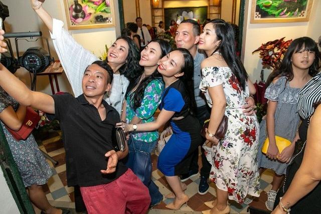 Phút nhí nhảnh của các nghệ sĩ khi hội ngộ nhau trong ngày mừng nhạc sỹ Quốc Bình đảm nhận vai trò mới.