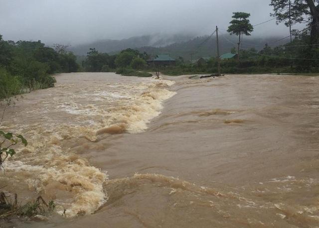 Một bản làng ở xã Tri Lễ bị cô lập do nước tràn ngập đường.