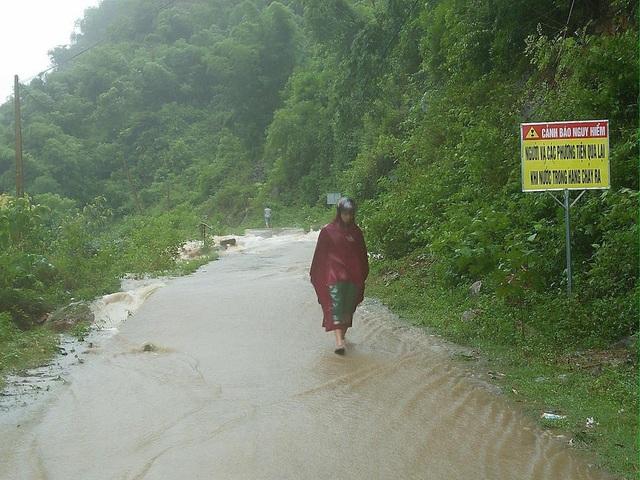 Một số con đường liên xã nước từ trên núi đổ xuống lớn và buộc phải gắn biển cảnh báo nguy hiểm.