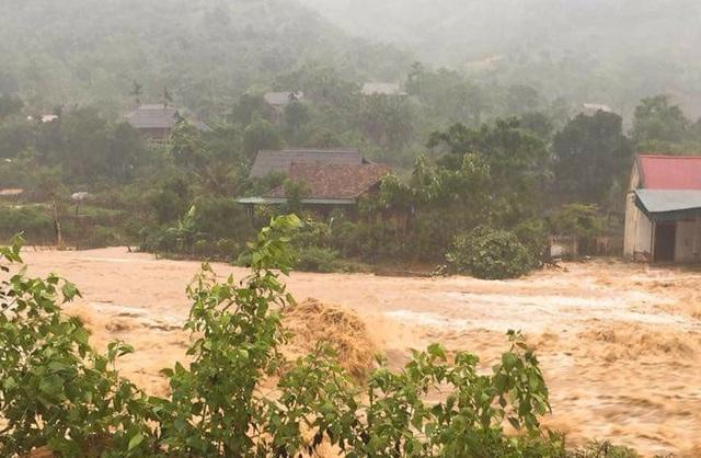Lũ cuồn cuộn đổ về chia cắt một số bản làng ở Mường Phú, xã Thông Thụ.