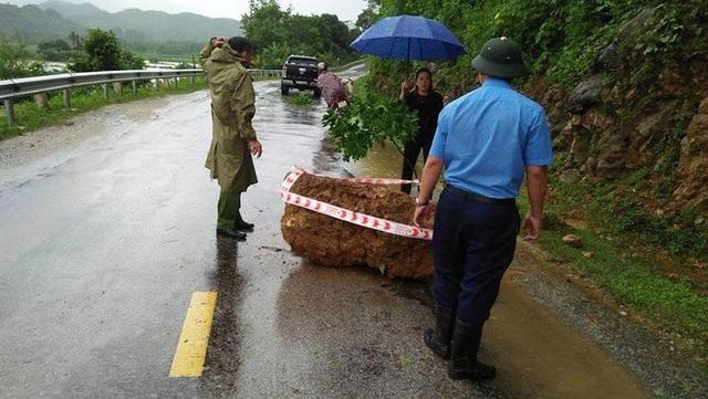 Một tảng đá lớn rơi từ núi xuống quốc lộ 48 đoạn qua huyện Quế Phong.