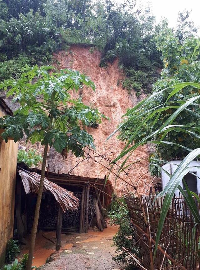 Núi sạt lở cạnh nhà dân ở bản Pù Khóng, xã Đồng Văn, Quế Phong.