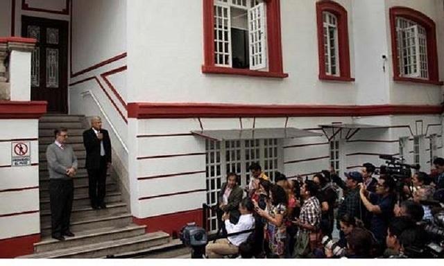 Lopez Obrador phát biểu trước phóng viên tại văn phòng nằm trong ngôi nhà cũ với an ninh sơ sài.