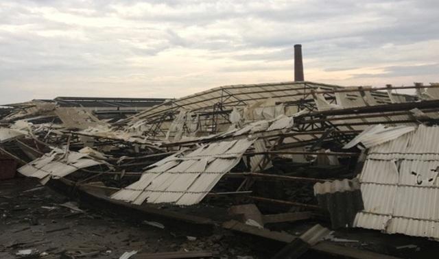 Mưa lớn, giông lốc gây sập xưởng sản xuất nhà máy gạch tuynel Hòa Sơn.