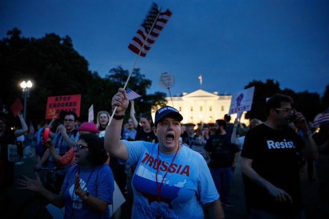 Những người biểu tình bên ngoài Nhà Trắng vào tối 16/7 sau khi Tổng thống Trump kết thúc họp báo với người đồng cấp Nga (Ảnh: New York Times)