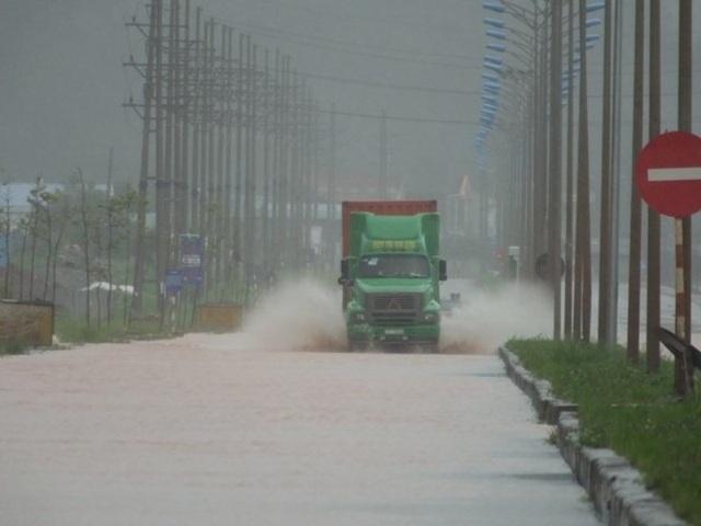 Tuyến đường 513 vào Nghi Sơn bị ngập nặng.
