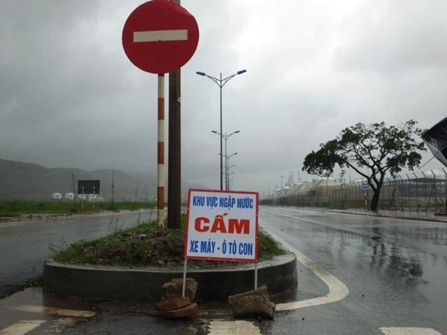 Nhiều nơi, cơ quan chức năng phải đặt biển cảnh báo người dân không đi xe máy, ô tô vì tuyến đường bị ngập nặng.