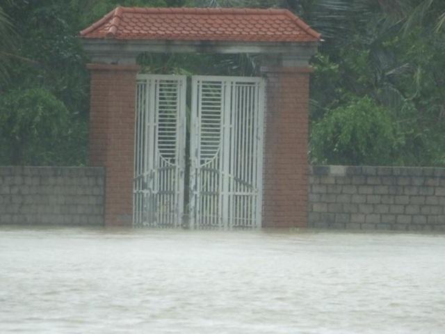 Nước ngập vào đến cổng nhà.